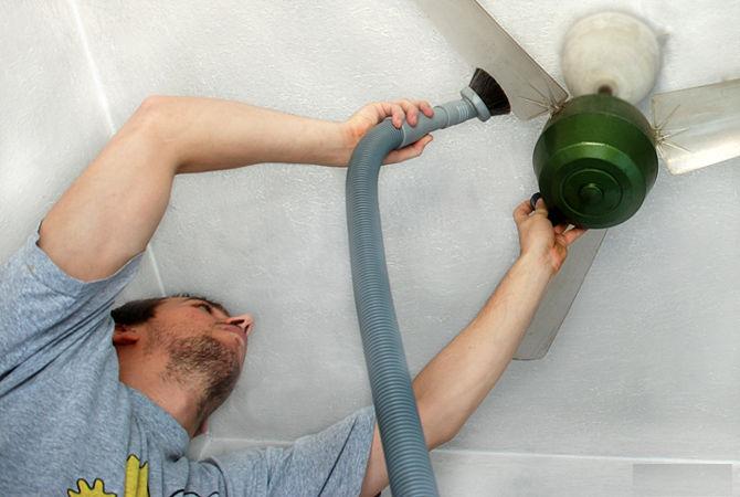 Vệ sinh quạt trần hiệu quả tại nhà bằng máy hút bụi